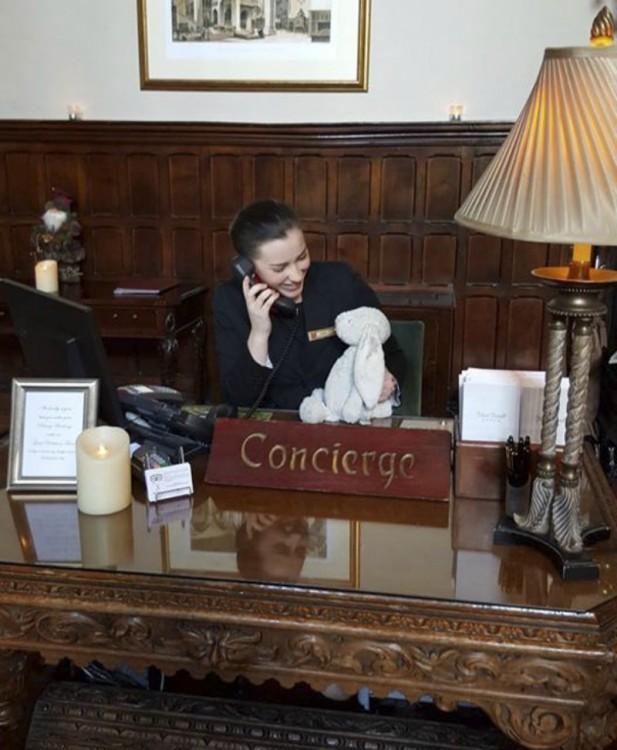 Conserje del hotel Adare Manor en Irlanda con un conejo de peluche en su mano