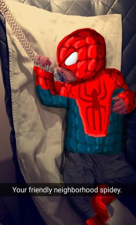 bebé con snap de spiderman