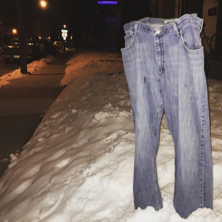Pantalón congelado afuera de una casa en Minneapolis, Minnesota