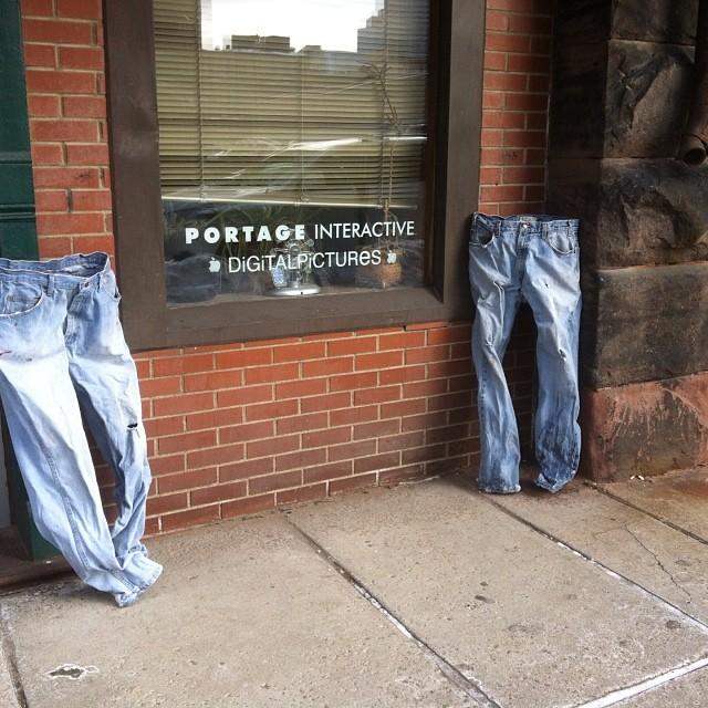 dos pantalones congelados afuera de una tienda apple