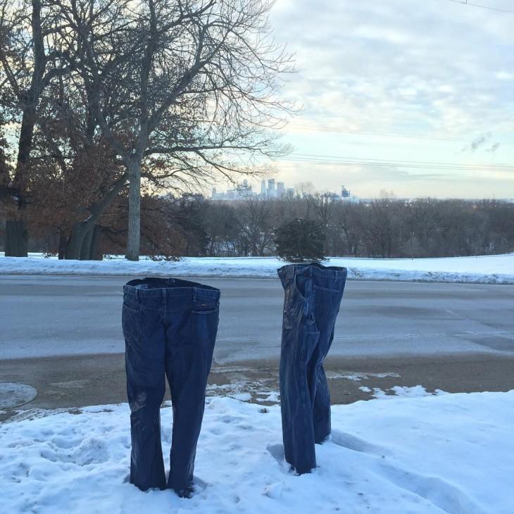 Pantalones congelados a la orilla de una carretera en Minnesota