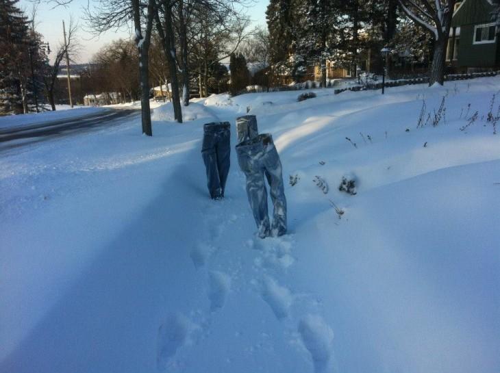 tres pantalones que simulan ir caminando en la nieve de Minnesota