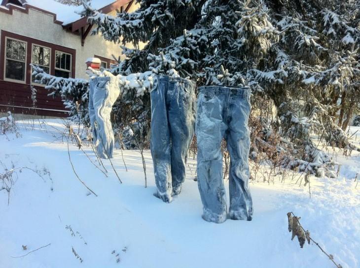 tres pantalones congelados en la vía pública de Minnesota