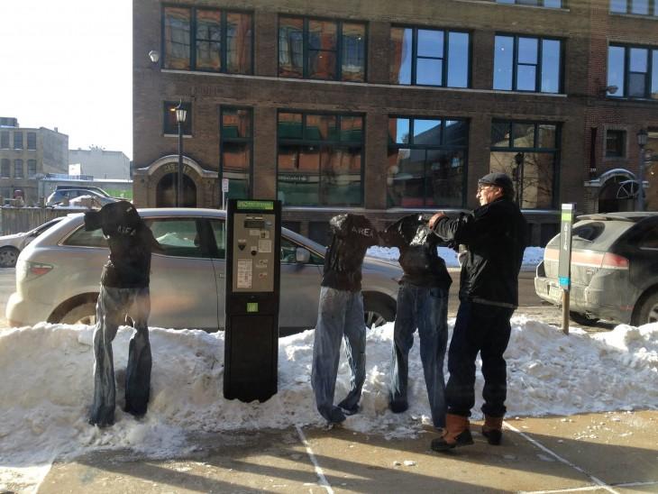 Tom Grotting colocando camisas a unos pantalones congelados en la vía pública