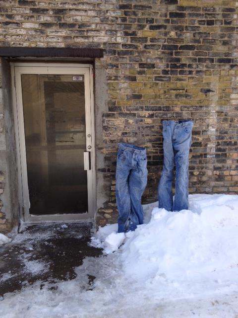 dos pantalones congelados afuera de la puerta de una casa en Minnesota