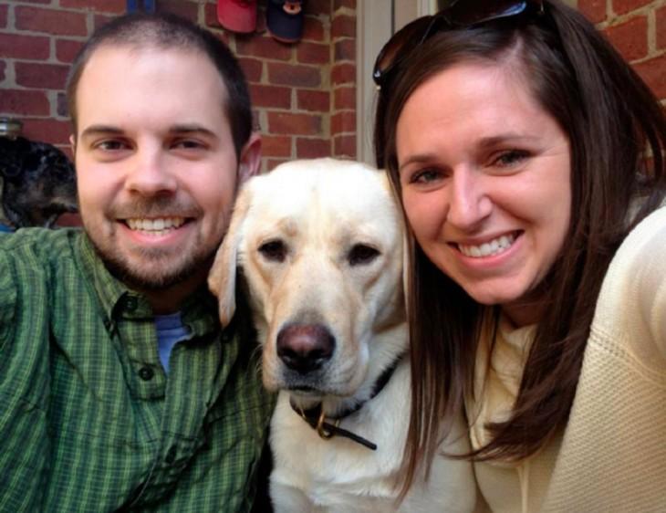 Fotografía de Kelly y Zach Furr con un perro labrador