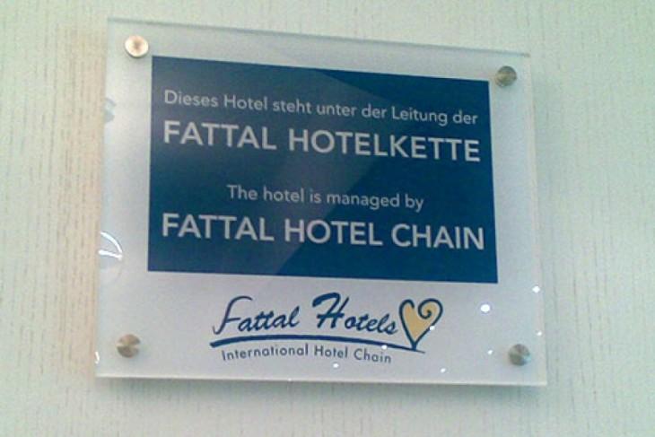 Letrero del hotel fattal