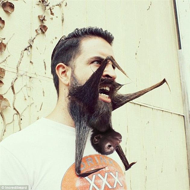 con un changuito en la barba
