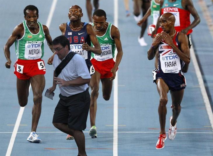 corredores con un hombre atravesado