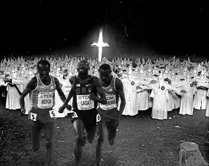 corredores huyendo del KKK