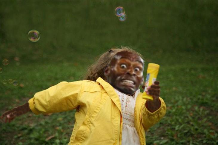 niña vestida de amarillo con cara de corredor