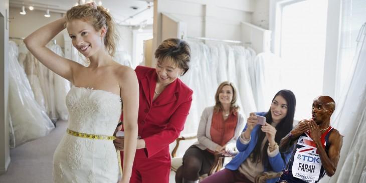 novia probandose los vestidos con el corredor sorprendido