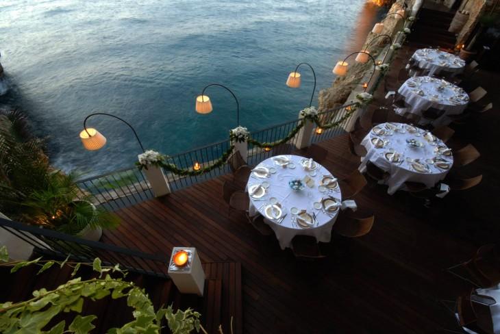 restaurante con las sombrillas abiertas