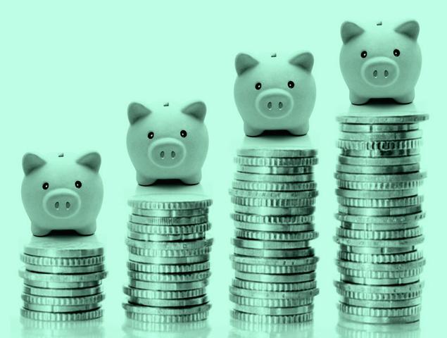 4 cerditos sobre montones de monedas alineados