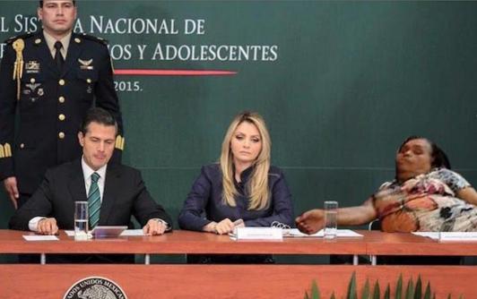 SEÑORA DORMIDA PLAZA UNIVERSITARIA EN UN ABURRIDO MENSAJE DEL PRESIDENTE DE SU PAIS