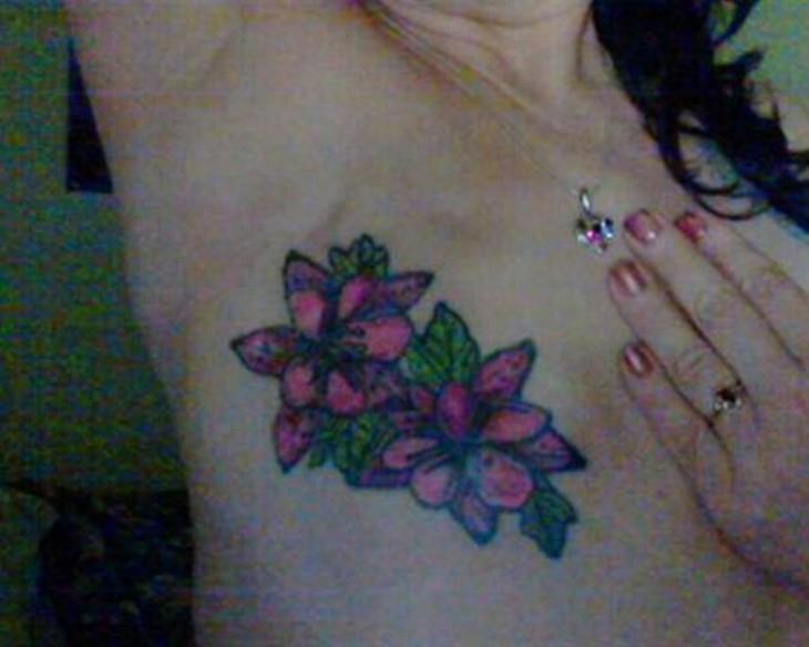 Tatuaje de dos flores sobre las cicatrices del pecho de una mujer que padeció cáncer de mama