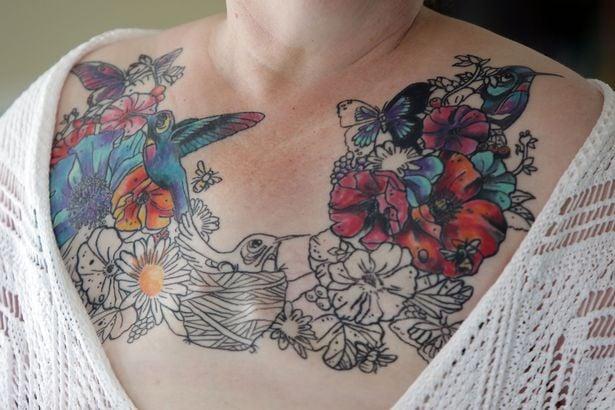 Tatuaje de flores y pájaros sobre el pecho de una sobreviviente al cáncer de mama