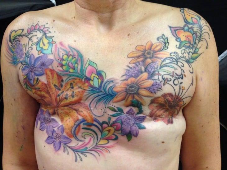 cuerpo de una mujer que venció el cáncer de mama con un tatuaje de jardín sobre sus cicatrices