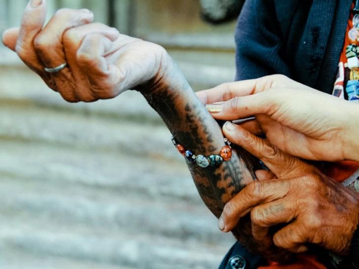 Whang-do mostrando los tatuajes que tiene en una mano