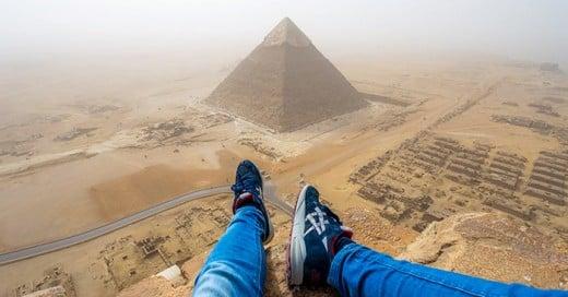 Andrej Ciesielski es un chico alemás de 18 años que durante sus vacaciones a Egipto violo la seguridad y escaló hasta la cima de la pirámide de Giza