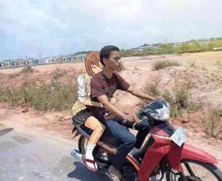 con su amiga paseando en moto