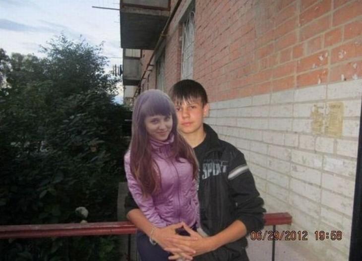 con su novia vestida de morado