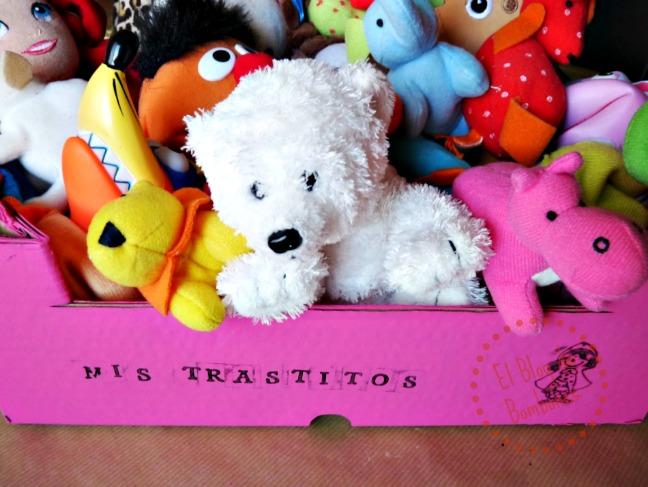 peluches en una caja rosa, listos para ser botados en la basura