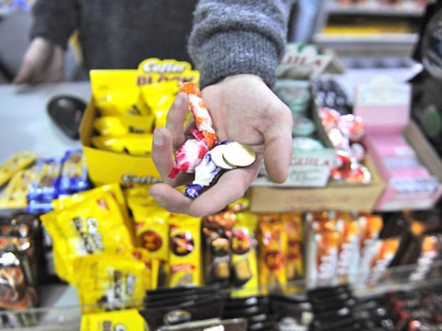 cuando te dan caramelos a cambio de tu dinero en las tiendas