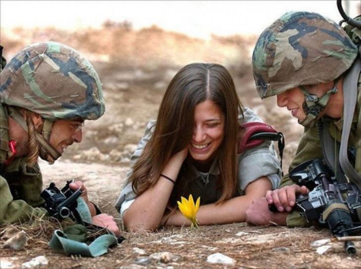 soldados israelíes con mujer sonriendo