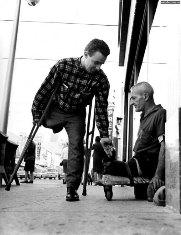Hombre discapacitado le da monedas a su compatriota