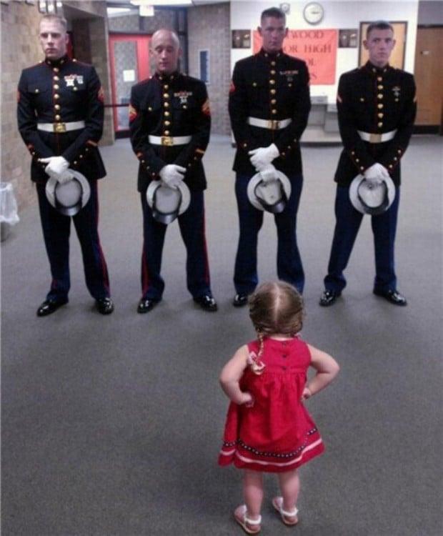 pequeña regañando a los cadetes de la marina