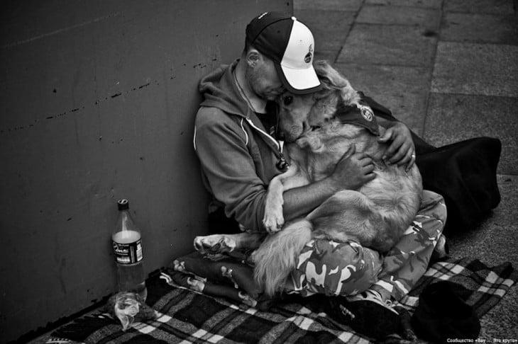 perro y amigo en la calles juntos demostrando su amor