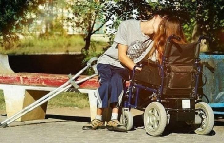 Pareja de discapacitados besandose en el parque