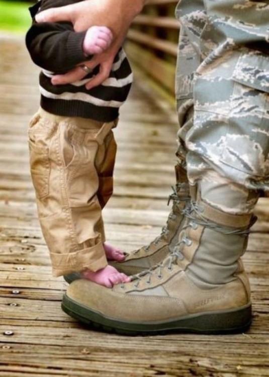 soldado de guerra reunido con su hijo