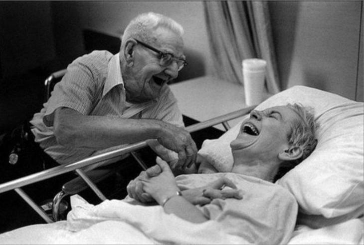 Pareja de viejitos felices riendo en el hospital
