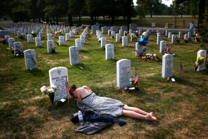Mujer llorando en la tumba de su esposo