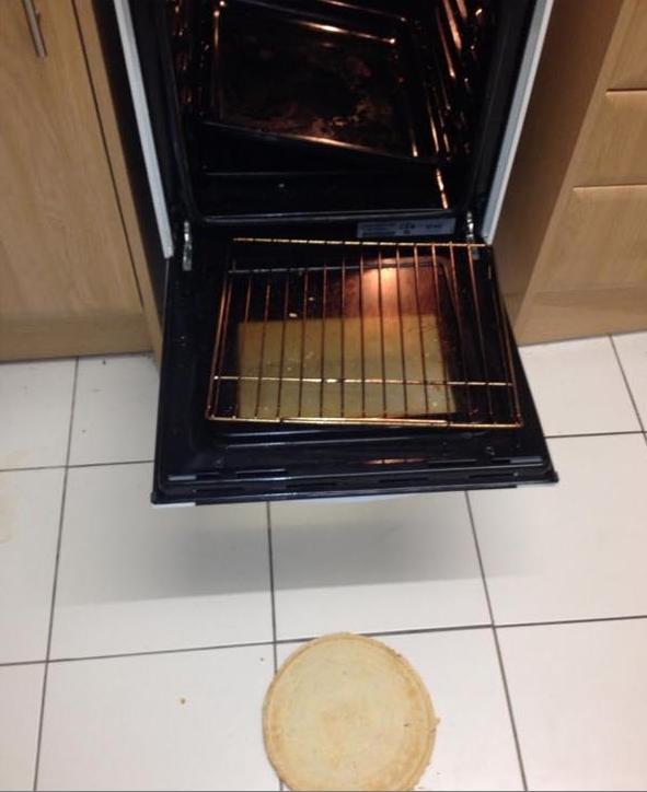 Pizza se cae al suelo antes de ser cocinada