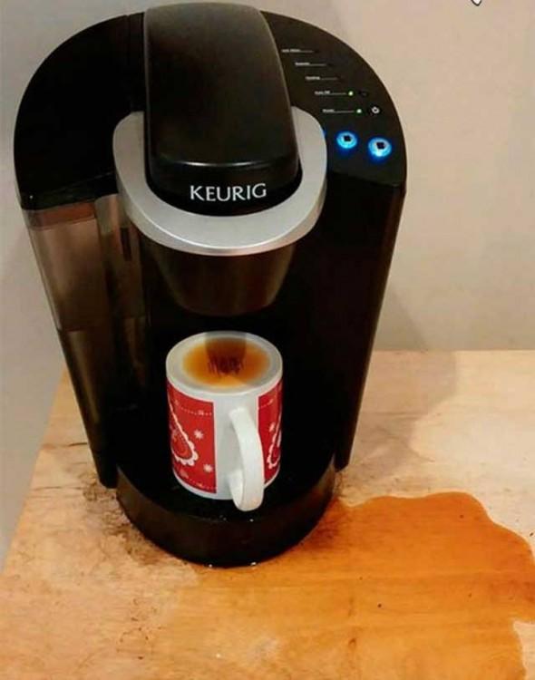 Cafetera en donde le pusieron la taza al revés y se tiro el contenido