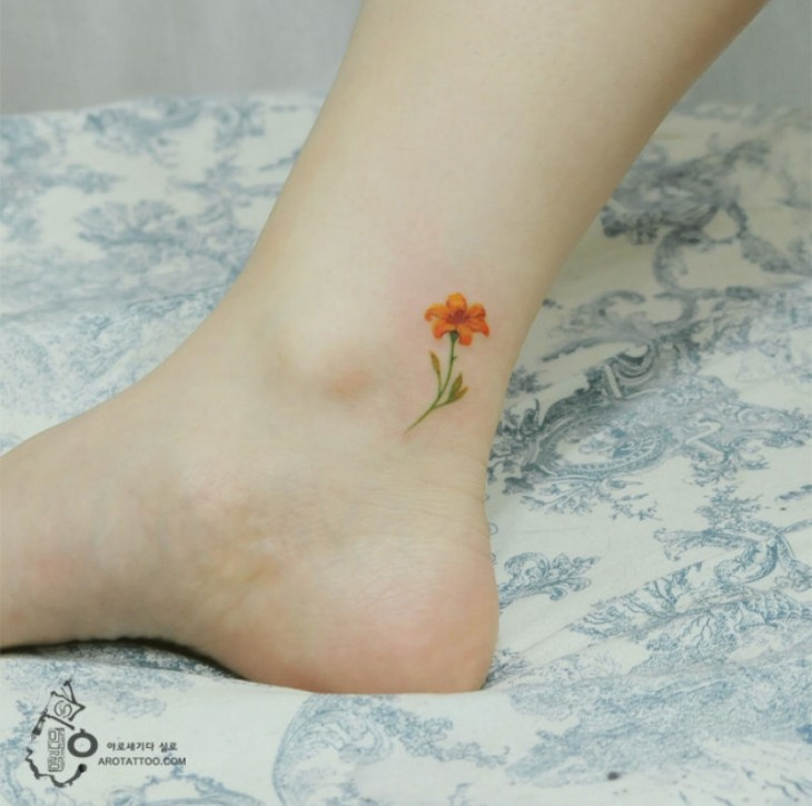 Tatuaje pequeño con el diseño de una flor