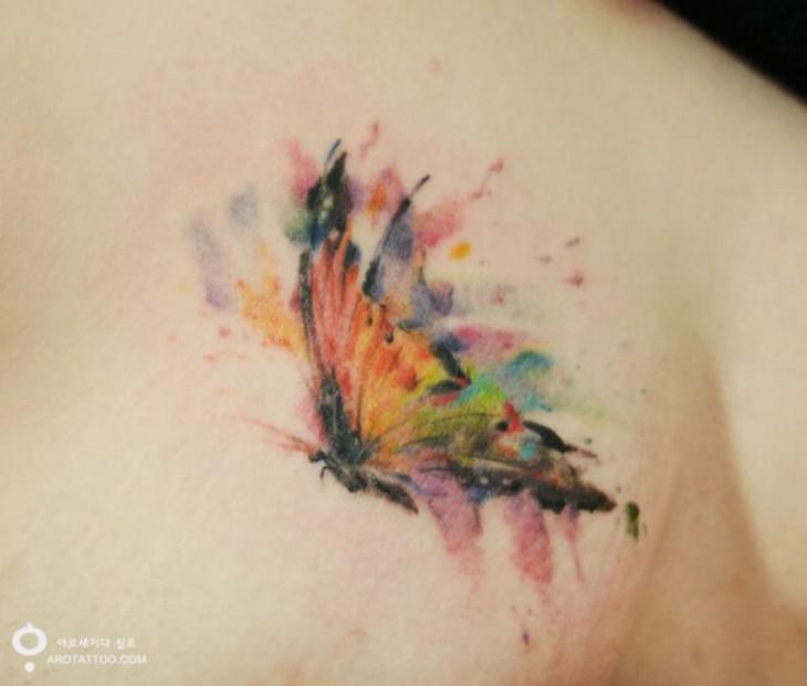 Tatuaje en acuarela con diseño de una mariposa