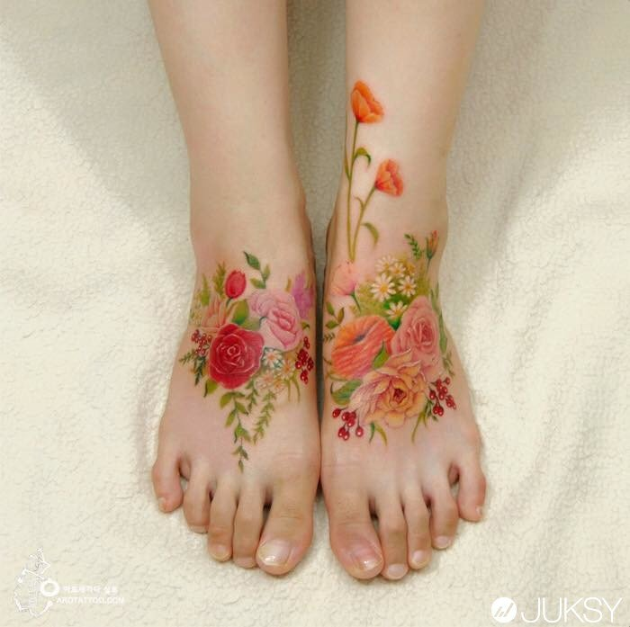 Tatuaje en acuarela con diseño floral en la parte superior de los pies