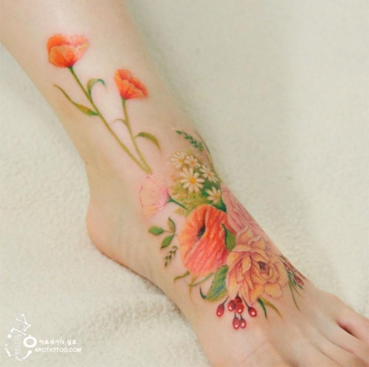 Artista hace tatuajes florales que imita la acuarela sobre un pie