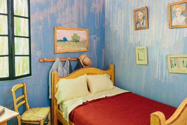 Cama, cuadros y detalles de la réplica de la habitación de Van Gogh