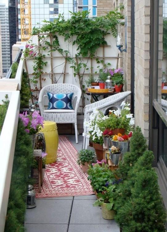 Los balcones con jarrones son especialmente acogedores. Si con eso colocas sillas exteriores estilo de los 70's le dará un toque vintage post hippie