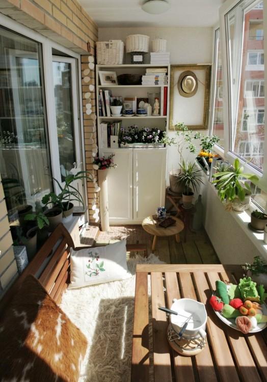 Agrega un par de libreros al balcón y estos le darán la sensación de una sala de espera en la que podrías permanecer toda la tarde viendo la caída del sol