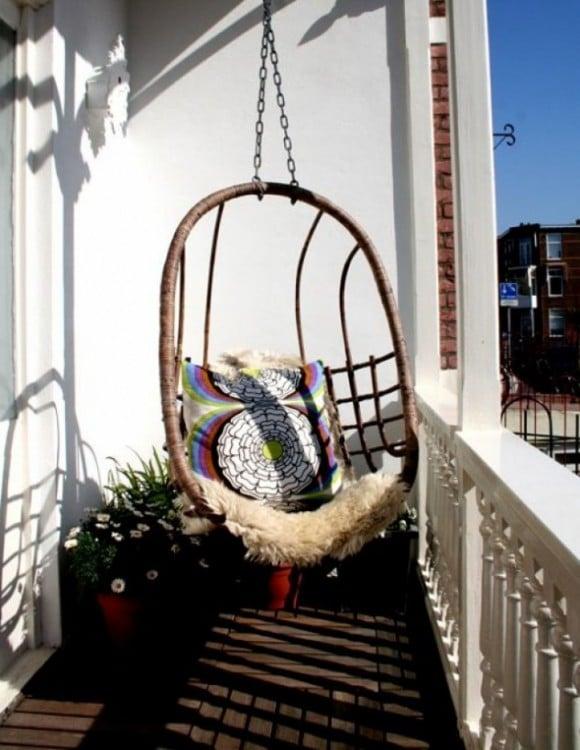 Un columpio en forma de nido, le otorgará la elegancia y toque de relajación que necesita un balcón fungirá como mecedora, pero no ocupará el mismo espacio