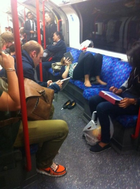 Mujer acostada en el transporte publico en hora pico