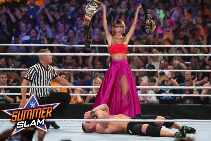 photoshop de taylor swift cargando dos cinturones de campeonato en el ring de la WWE