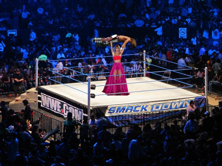 photoshop de Taylor Swift sobre el ring de Smack Down en la WWE