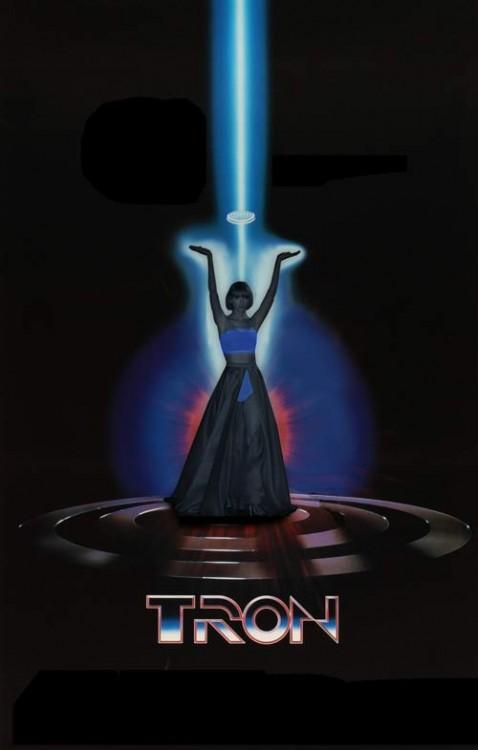 Taylor Swift en una publicidad de la película Tron